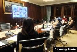 Menteri Luar Negeri Retno Marsudi hari Rabu (24/6) mengikuti pertemuan virtual bersama sejumlah menteri luar negeri membahas isu Israel-Palestina. Courtesy : Kemlu RI.
