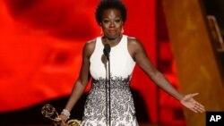 """Viola Davis acepta el premio a la mejor actriz en una serie dramática por """" """"How to Get Away With Murder""""."""