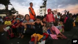 Nạn nhân bão Haiyan ngồi chờ sơ tán tại phi trường Tacloban, miền trung Philippines.