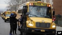 Para pengemudi bis sekolah New York dan petugas lainnya mengakhiri aksi mogok kerja yang telah berlangsung selama sebulan, Jumat (16/2).