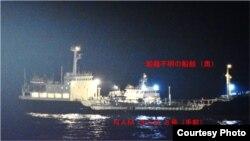일본 방위성이 북한 유조선과 국적 불명 선박 간의 '불법 환적' 행위를 포착했다며 3일 공개한 사진. 해상자위대 보급함이 지난달 31일 자정 무렵 동중국해에서 촬영한 사진에는 깜깜한 해상에서 조명을 밝힌 선박 2대가 호스로 연결된 채 나란히 붙어있다. 앞쪽이 북한 '합장강해운' 소속 '남산 8호'.