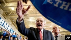 Berkshire Hathaway Chairman and CEO Warren Buffett shakes hands with members of the audience after speaking at a rally for Democratic presidential candidate Hillary Clinton at Omaha North High Magnet School in Omaha, Nebraska, Aug. 1, 2016.
