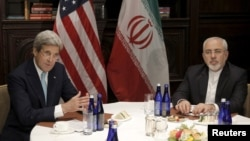Pertemuan antara Menteri Luar Negeri AS John Kerry (kiri) dan Menlu Iran Mohamad Javad Zarif di New York, Jumat (22/4).