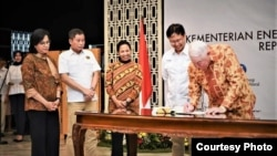 Penandatangan Sales Puchase Agreement antara PT Inalum dengan Freeport McMoran Inc (FCX) , dan Rio Tinto di Kementerian ESDM, Jakarta, Kamis sore (27/9). (Foto: courtesy)