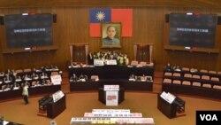 3月18日民进党立委占领立法院议会主席台 (美国之音申华拍摄)