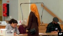 Glasanje na biračkom mjestu u Stockholmu, Švedska, 9. septembra 2018.