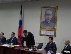 马英九宣布辞去党主席后深鞠躬10秒钟 (美国之音许波拍摄)