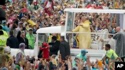 Sáu triệu người đã chờ đợi đoàn xe của Đức Giáo Hoàng đi qua khu vực gần công viên Rizal, ngày 18/1/2015.