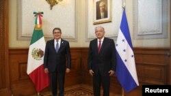 El presidente de México, Andrés Manuel López, y su homólogo hondureño, Juan Orlando Hernández, posan para una foto en el Palacio Nacional antes de la cumbre de la Comunidad de Estados Latinoamericanos y Caribeños (CELAC), en la Ciudad de México, México, el 17 de septiembre de 2021.