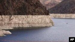 نوار سفید، فرونشستن سطح آب را در دریای کلورادو نشان می دهد