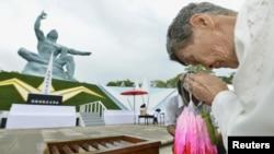 Shigeko Iwamoto, sống sót sau vụ thả bom nguyên tử năm 1945, cầu nguyện cho các nạn nhân tại Công viên Hòa bình Nagasaki, ngày 9/8/2012