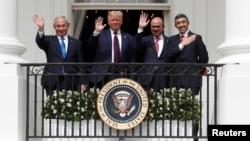 Ministre wa yambo ya Israel Benjamin Netanyahu (G), président Donald Trump ya Etats-Unis (2e G) na ministre ya Bahrein ya mambi ya bikolo bya bapaya Abdullah Bin Zayed bazali kopepa na Maison Blanche nsima na boyokani kati na Israel na Bahrein, Washington, 15 septembre 2020.