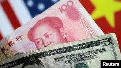 중국 100 위안과 미국 5 달러 지폐.