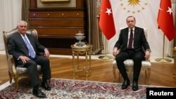 Turkiya Prezidenti Rajab Toyib Erdog'an (o'ngda) AQShning yaqinda ishdan olingan davlat kotibi Reks Tillerson bilan, 15-fevral, 2018-yil, Anqara, Turkiya