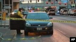 21일 미국 라스베이거스 총격 사건을 수사 중인 경찰.