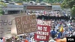 Miles de personas salieron a las calles de Caracas, hace unos días, para mostrar su descontento con el gobierno de Chávez.