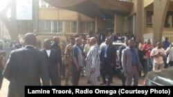 Le président Roch Kaboré s'est rendu samedi 16 janvier 2016 sur le lieux de l'attentat. (Lamine Traoré, Radio Omega)