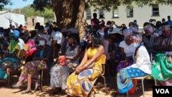 Abazali abasemhlanganweni esikolo seMatjinge eBulima East. (Ezra Sibanda)