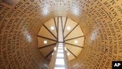 """Nombres de víctimas del Holocausto escritos en hebrero, yiddish e inglés, en una exhibición del """"Cuarto del Recuerdo"""", en el Museo y Centro de Educación del Holocausto, en Skokie, Illinois."""