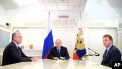 Президент Путин наблюдает за видеотрансляцией церемонии открытия газопровода из России в Крым. 27 декабря, 2016.