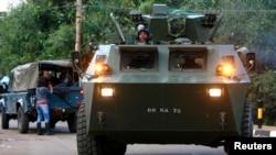 Tank lapis baja milik Pasukan Pertahanan Kenya (KDF) keluar dari pusat perbelanjaan Westgate usai baku tembak dengan pelaku penembakan (23/9). (Reuters/Thomas Mukoya)
