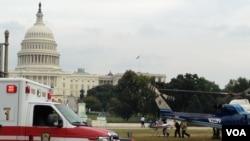 Korban penembakan dibawa masuk ke helikopter polisi di luar gedung Capitol, Kamis (3/10).