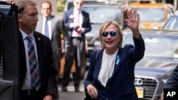 Ứng cử viên tổng thống Mỹ của Đảng Dân chủ Hillary Clinton vẫy tay khi bà đi từ một tòa nhà chung cư ở New York, ngày 9 tháng 11 năm 2016.