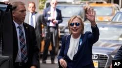 美国民主党总统候选人希拉里·克林顿从纽约的一座公寓楼里走出来(2016年9月11日)
