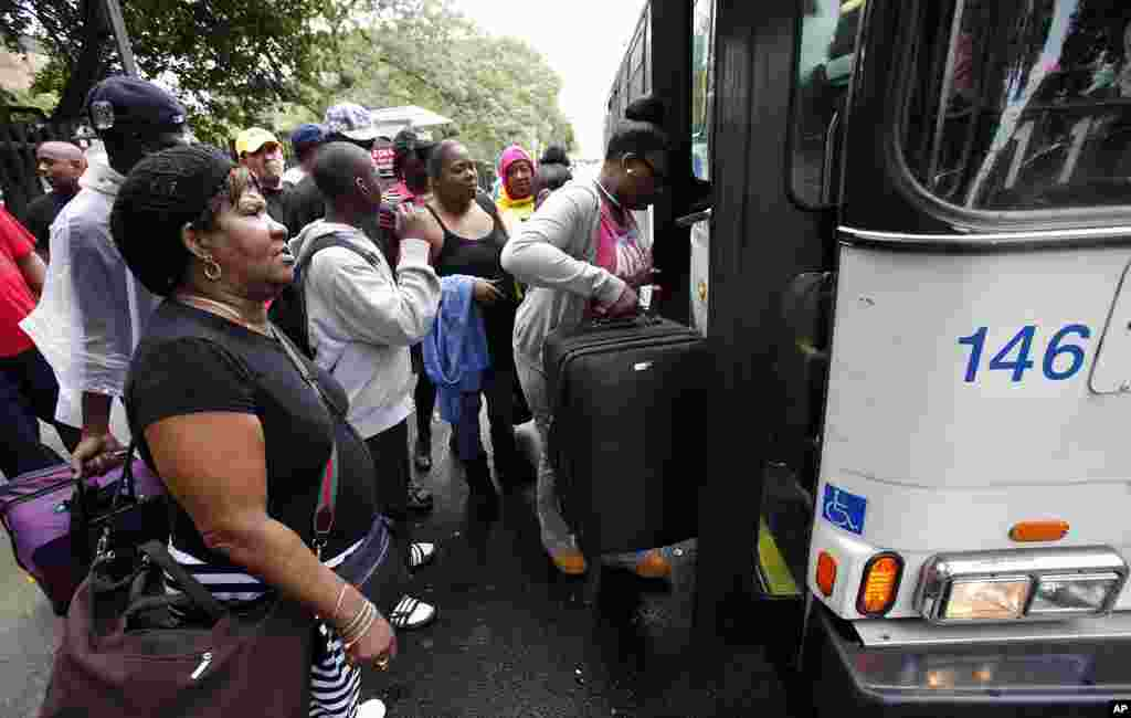 Residents of the Far Rockaway section of New York City crowd onto a bus as they evacuate the area ahead of Hurricane Irene, 27 August 2011. (Reuters Image)
