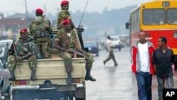 Sur cette photographie du 10 juin 2005, des membres de l'armée éthiopienne vadrouillent dans les rues de la capitale Addis Ababa, après des manifestations.