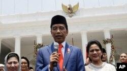 Presiden Joko Widodo (tengah) memberikan keterangan kepada wartawan di Istana Merdeka, Jakarta, 23 Oktober 2019. (Foto: dok).