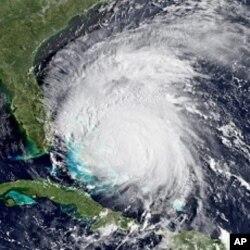 """美国国家海洋和大气总署(NOAA)提供的8月26日""""艾琳""""飓风卫星照"""