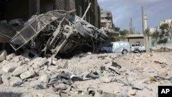 시리아 민간방위대 '화이트헬멧'은 23일 알레포 동부 반군 점령 지역인 안사리에서 공습으로 부서진 건물과 구급차 사진을 공개했다.