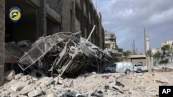 Una ambulancia destruida afuera del principal Grupo de Defensa Sirio en Ansari, un vecindario en el este de Alepo bajo control rebelde. Foto provista por la Defensa Civil Siria.