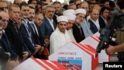 مراسم بزرگداشت تعدادی از کشته شدگان کودتا با حضور اردوغان در استانبول برگزار شد.