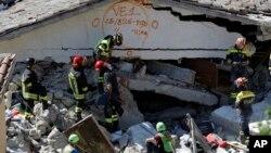 نیروهای امدادی ایتالیا در حال جستجو برای بازماندگان زلزله