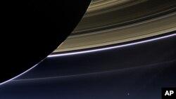 "Snimak Saturnovih prstenova i planete Zemlje u pozadini napravljen sa letelice ""Kasini"""