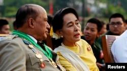 缅甸民运领袖、前政治犯昂山素季与军队将领一道观看建军节阅兵式(2013年3月17日)