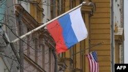 Российский и американский флаги на фасаде здания посольства США в Москве, 15 апреля 2021 года