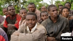 Para anggota pemberontak Kongo duduk bersama setelah menyerahkan diri kepada pasukan pemerintah Kongo (DRC) (5/11).