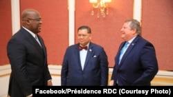 Le président de la RDC Félix Tshisekedi (D) discute avec l'Envoyé spécial des Etats-Unis pour les Grands lacs Peter Pham (C) et l'ambassadeur américain en RDC Mike Hammer à Kinshasa, 13 février 2020. (Facebook/Présidence RDC)