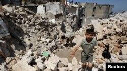 2013年5月28日在叙利亚的伊德利卜省塞勒根市遭受效忠阿萨德总统的政府军战斗机轰炸后的一个毁坏景象。
