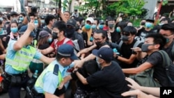 13일 대규모 시위가 벌어진 홍콩에서 경찰과 시위대가 충돌하고 있다.