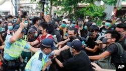 Người biểu tình ở thị trấn Thượng Thủy đụng độ với cảnh sát, ngày 13 tháng 7, 2019.