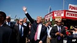 2016年9月5日共和党总统候选人川普在俄亥俄州向民众挥手。