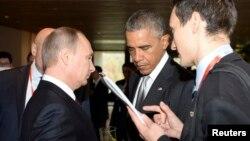 El presidente Barack Obama habla con su homólogo ruso, Vladimir Putin, durante el foro de la APEC, en Beijín.