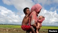 一位缅甸罗兴亚难民妈妈携儿带女越境进入孟加拉国。(2017年10月9日)