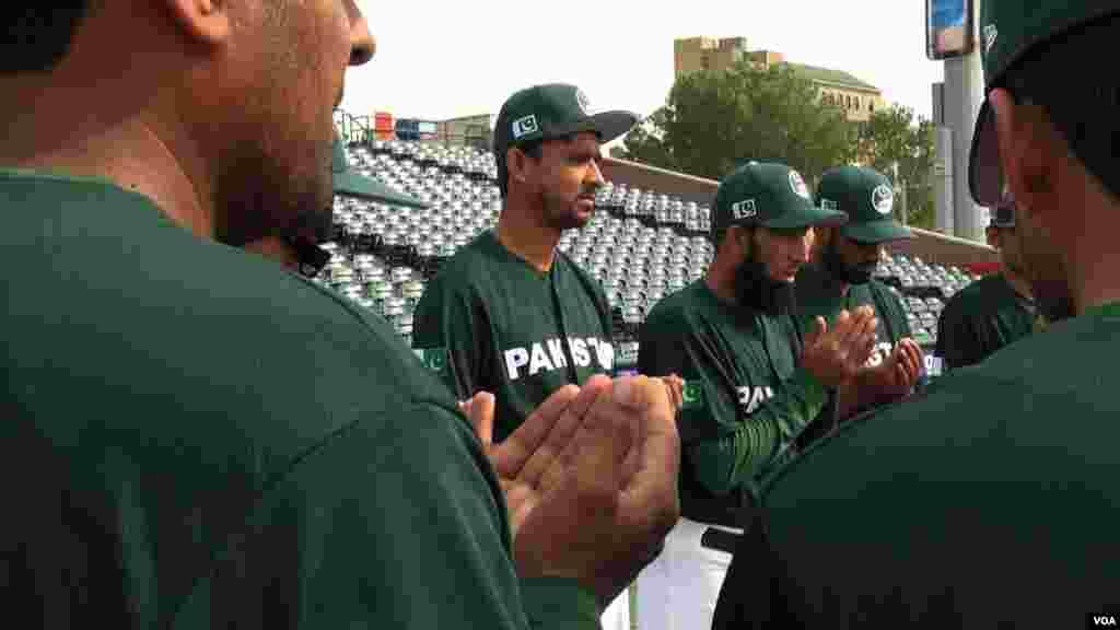 امریکہ کا دورہ کرنے والی پاکستانی ٹیم کے ارکان دُعا میں مشغول دکھائی دے رہے ہیں