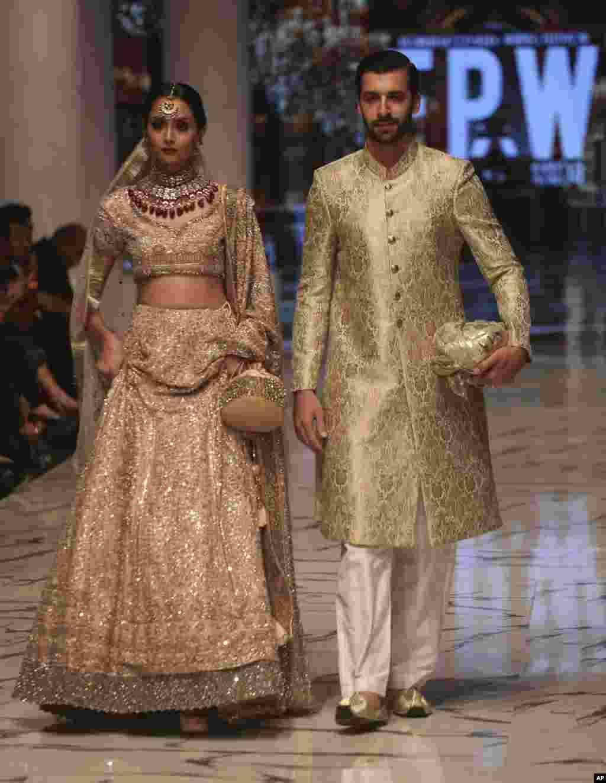 نمایش مجموعه لباسهای بهاره- تابستانه در هفته مد در شهرکراچی پاکستان