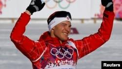 瑞士选手达廖·科洛尼亚在传统式15公里越野滑雪比赛中夺冠